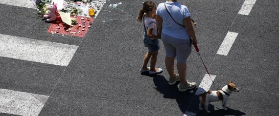 Une femme et sa fille pendant la minute de silence à Nice