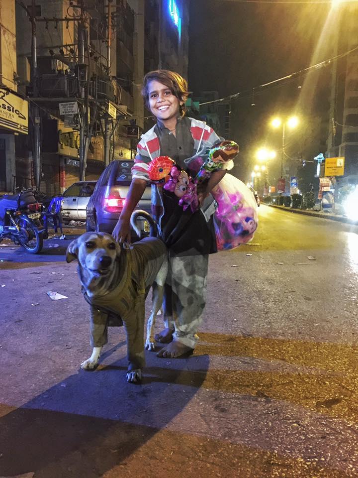 Le jeune garçon et son chien Jaggu