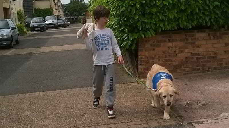 Noah et sa chienne d'assistance Glinka
