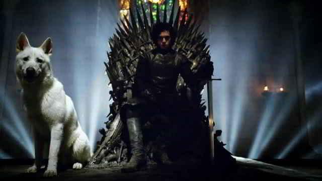 Jon Snow et son loup Fantôme sur le Trône de Fer
