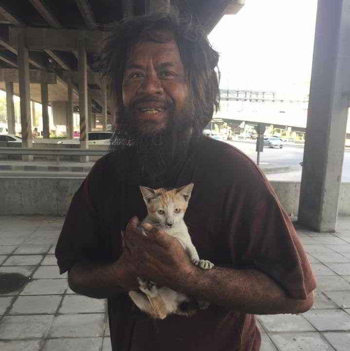 Loong Dum et un de ses chats