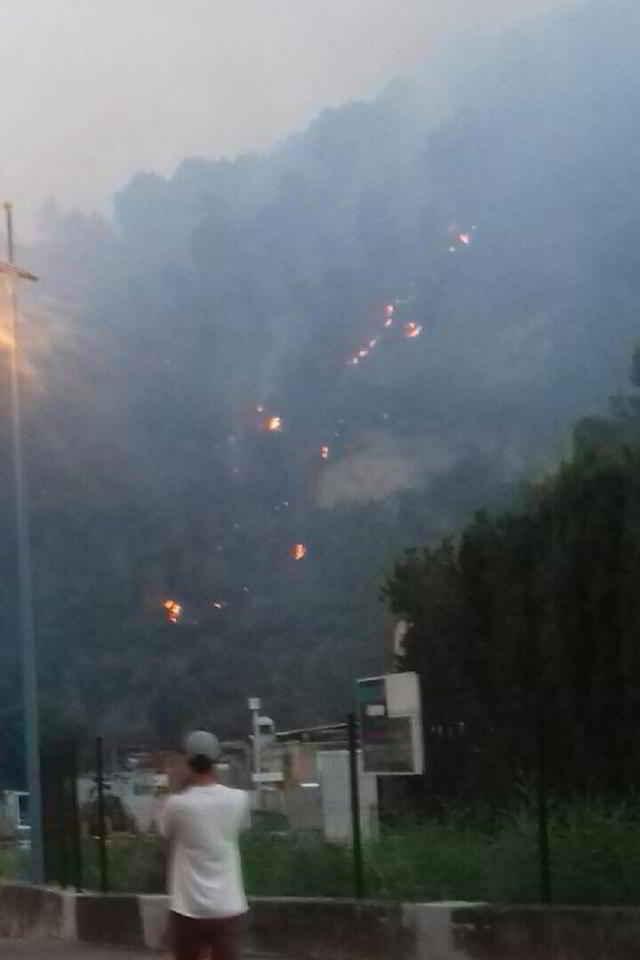 Refuge de Carros en prise aux flammes