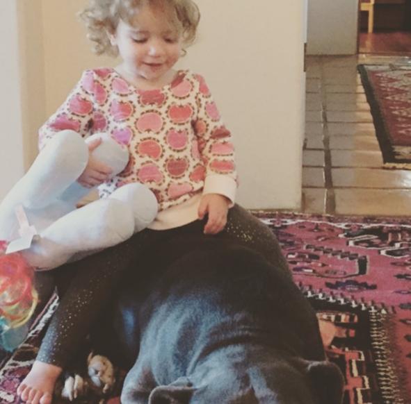 La fille de Jon et son Pitbull