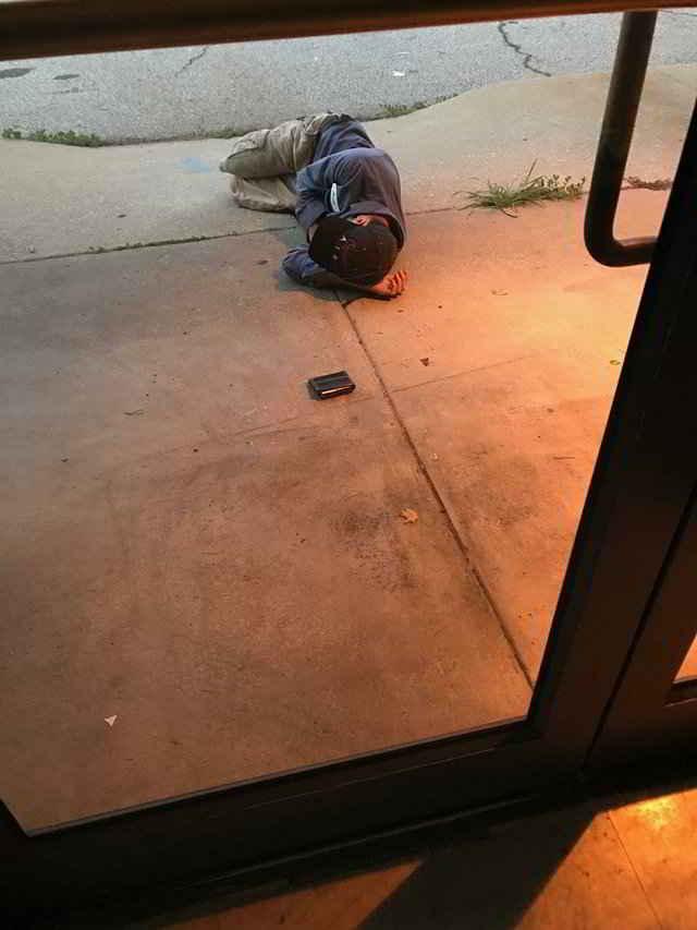 L'homme dort devant le refuge