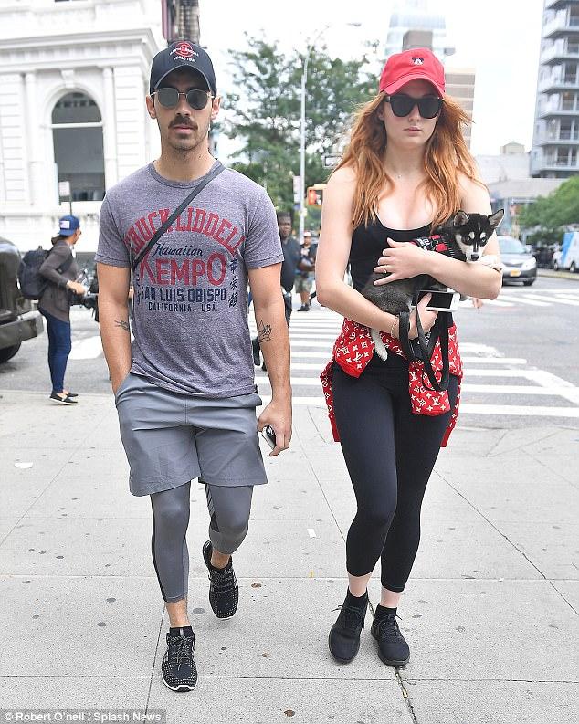 Sophie Turner, Joe Jonas et leur chiot Husky