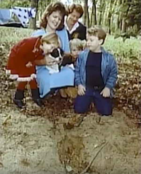 La famille devant la tombe vide de Mugsy