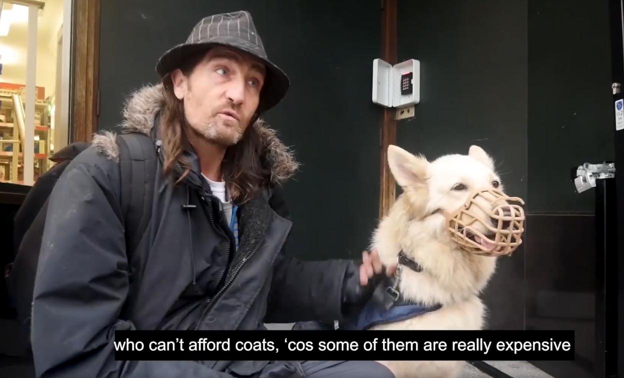 Un sans-abri et son Berger Blanc Suisse