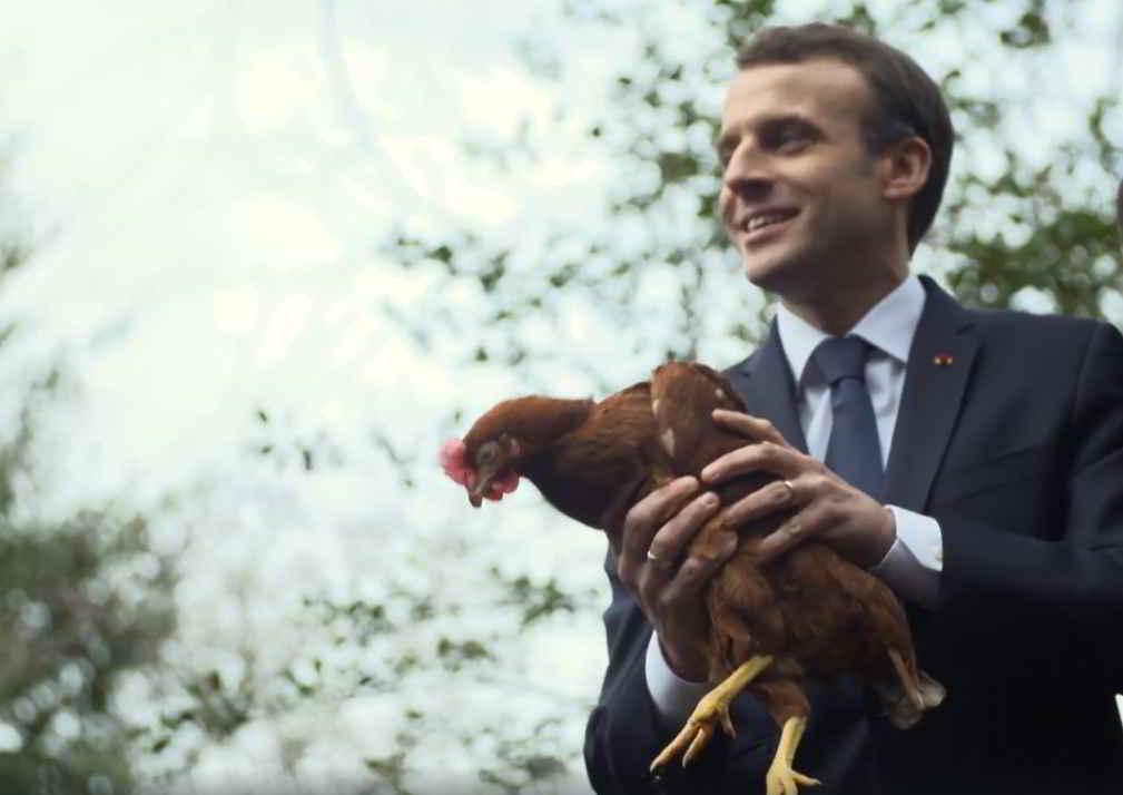 Emmanuel Macron et Agathe la poule